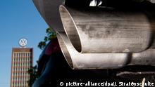 ARCHIV - 11.05.2016, Niedersachsen, Wolfsburg: Ein Auspuff eines Volkswagens auf einem Mitarbeiterparkplatz, aufgenommen mit dem Verwaltungshochhaus des VW-Werks im Hintergrund. Die EU-Kommission ermahnt Deutschland erneut wegen seiner Reaktion auf den Dieselskandal bei Volkswagen. Dies teilte die Behörde am 17.05.2018 in Brüssel mit. (Zu dpa EU-Kommission ermahnt Deutschland wegen VW-Skandal) Foto: Julian Stratenschulte/dpa +++(c) dpa - Bildfunk+++ | Verwendung weltweit