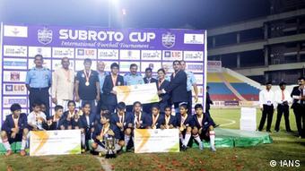 Indien Anyabai (erste rechts) mit Schulteam beim Football Turnier im Ambedkar Stadium, Delhi (IANS)