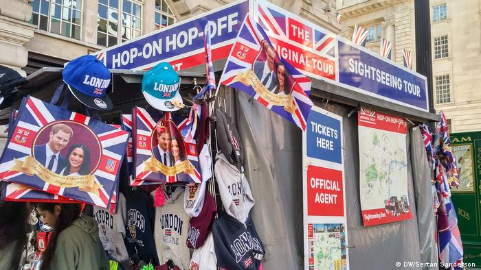 Gift stand in London selling royal wedding memorabilia (DW/Sertan Sanderson )