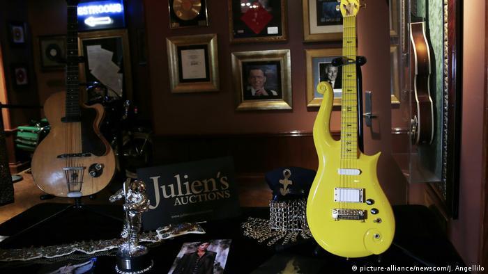 Diversos instrumentos y objetos de Prince fueron puestos a subasta en 2018 (archivo)