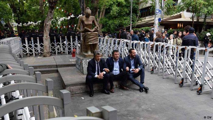 CHP'li vekiller anıtın önünde oturma eylemi yaparken