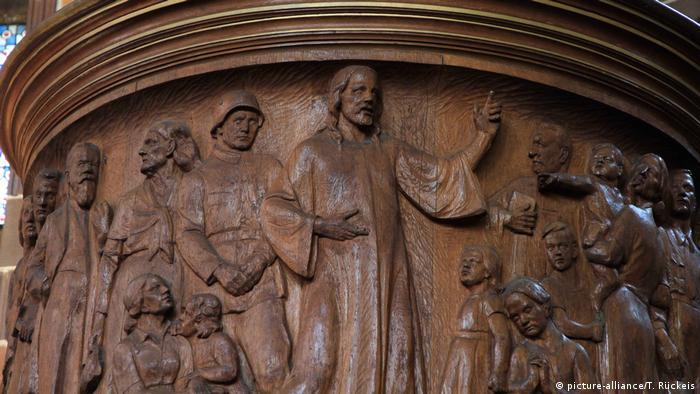 Резной барельеф церковной кафедры: Христос и солдат вермахта