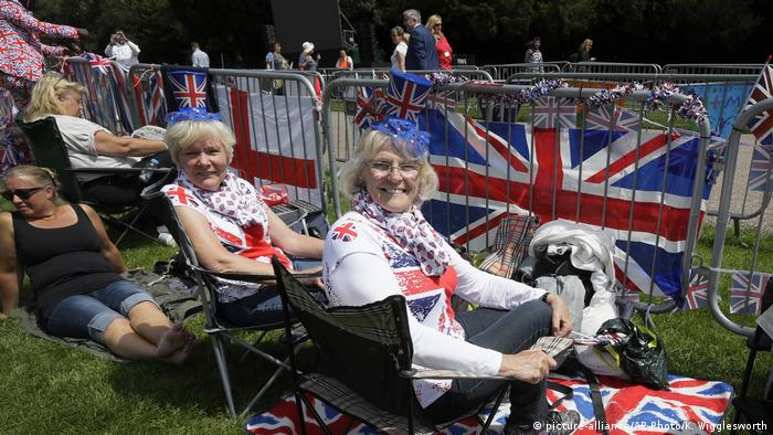 Royalists in Windsor (picture-alliance/AP Photo/K. Wigglesworth)