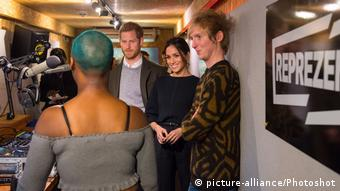 Prinz Harry und Meghan Markle besuchen Radiostudio (picture-alliance/Photoshot)