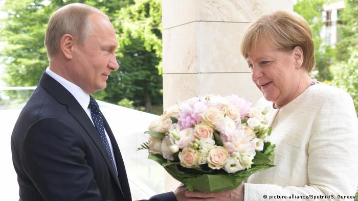 Путин дарит Меркель букет цветов в Сочи, май 2018 года