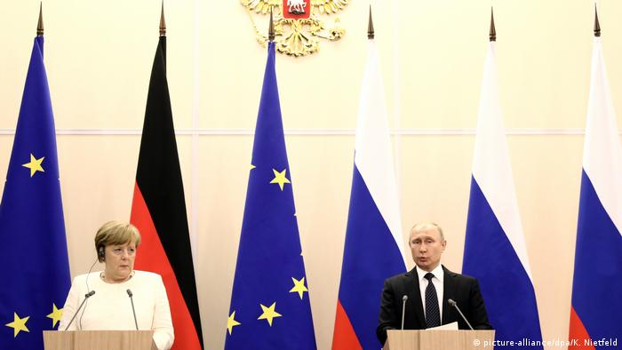 Russland Wladimir Putin & Angela Merkel in Sotschi (picture-alliance/dpa/K. Nietfeld)