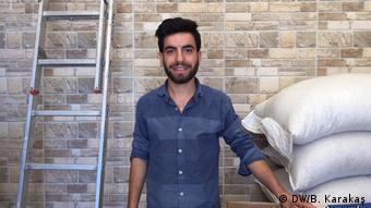 Enes, Dört Ayaklı Minare'nin bulunduğu sokaktaki bir dükkanda çalışıyor.