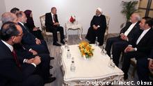 18.Mai 2018+++++ ISTANBUL, TURKEY - MAY 18: Turkish President Recep Tayyip Erdogan (C-L) meets with Iranian President Hassan Rouhani (C-R) within the Organization of Islamic Cooperation (OIC) Extraordinary Islamic Summit Conference at Istanbul Congress Center in Istanbul, Turkey on May 18, 2018. Turkish Deputy Prime Minister Recep Akdag, Turkish Culture and Tourism Minister Numan Kurtulmus, Iranian Foreign Minister Javad Zarif and Turkish Presidential spokesman Ibrahim Kalin also attended the meeting. Cem Oksuz / Anadolu Agency | Keine Weitergabe an Wiederverkäufer.