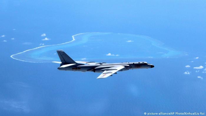China Flugzeug fliegt auf dem Südchinesischen Meer