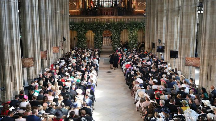 Inside St Georges Chapel as it fills with guests (picture-alliance/empics/PA Wire/D. Lipinski)