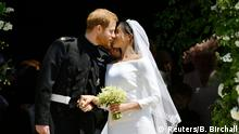 19.05.2018++++Windsor, UK+++ Prince Harry and Meghan Markle kiss on the steps of St George's Chapel in Windsor Castle after their wedding in Windsor, Britain, May 19, 2018. Ben Birchall/Pool via REUTERS