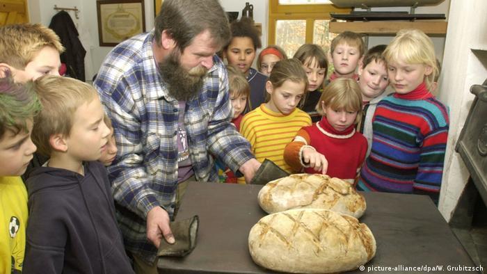 Uczniowie szkoły podstawowej z Lipska dowiadują się, jak się piecze chleb