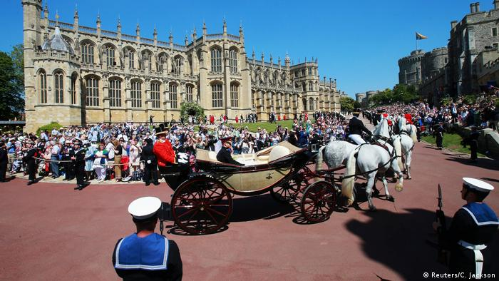 Harry & Meghan wedding, carriage with horses, St George's Chapel in the background and crowds