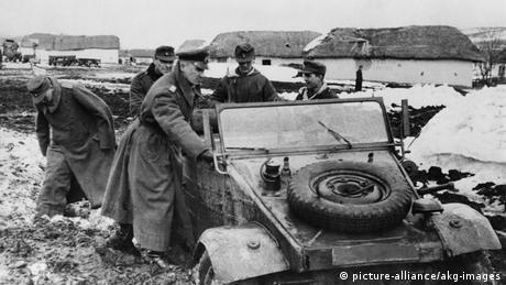Deutschland | VW-Käfer und die Nazis | Gen.v.Manteuffel mit VW an er Ostfront (picture-alliance/akg-images)