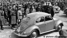Deutschland | VW-Käfer und die Nazis | Adolf Hitler bei Grundsteinlegung des Volkswagenwerkes bei Fallersleben