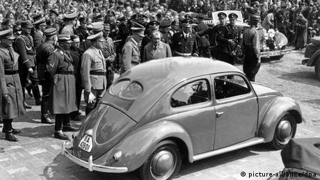Deutschland | VW-Käfer und die Nazis | Adolf Hitler bei Grundsteinlegung des Volkswagenwerkes bei Fallersleben (picture-alliance/dpa)