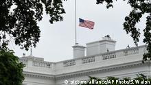 Washington Weißes Haus Flagge auf Halbmast