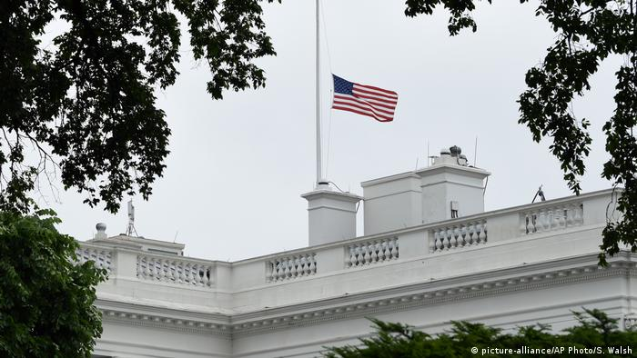 White House flag at half mast (picture-alliance/AP Photo/S. Walsh)