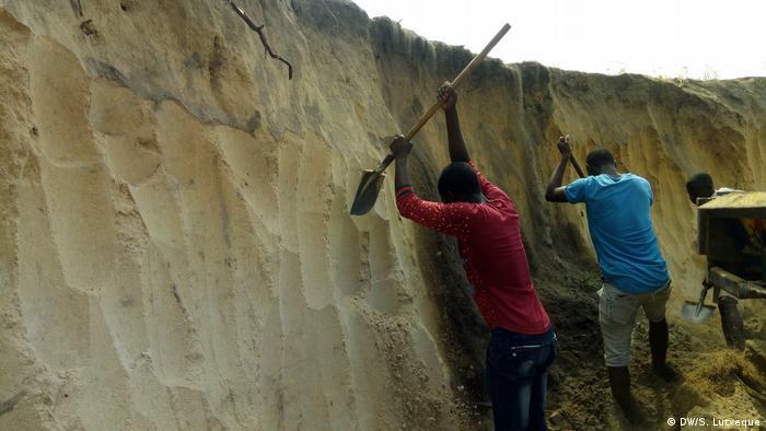 Personas extrayendo arena.