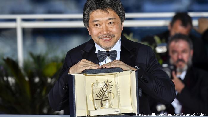 Hirokazu Kore-eda posiert mit dem Goldenen Palmblatt (picture-alliance/Xinhua News Agency/C. Yichen)