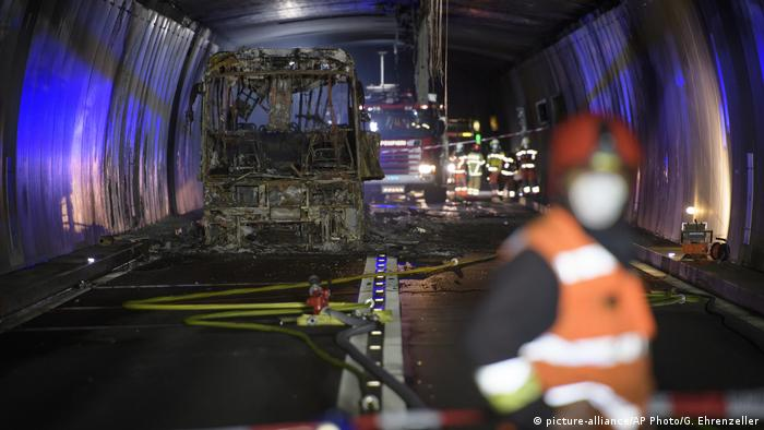 Burnt out tour bus in the San Bernardino Tunnel (picture-alliance/AP Photo/G. Ehrenzeller)