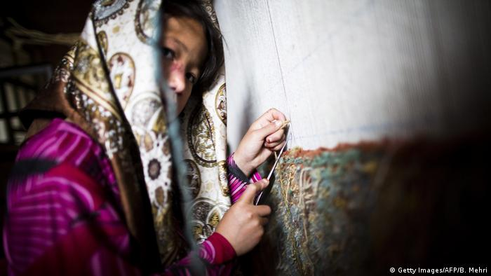 یونیسف کسانی را کودک کار میخواند که به کارهایی مشغولند که کودکان برای انجام آن بسیار جواناند یا برایشان خطرناک است یا استثمارگرانه است و جلوی پیشرفت فکری و روانی آنها را میگیرد یا مانع تحصیل آنها میشود. این تعریف در کنوانسیون حقوق کودک سازمان ملل نیز آمده است.