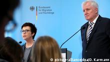 Seehofer mit BAMF-Chefin Jutta Cordt (picture-alliance/dpa/D. Karmann)