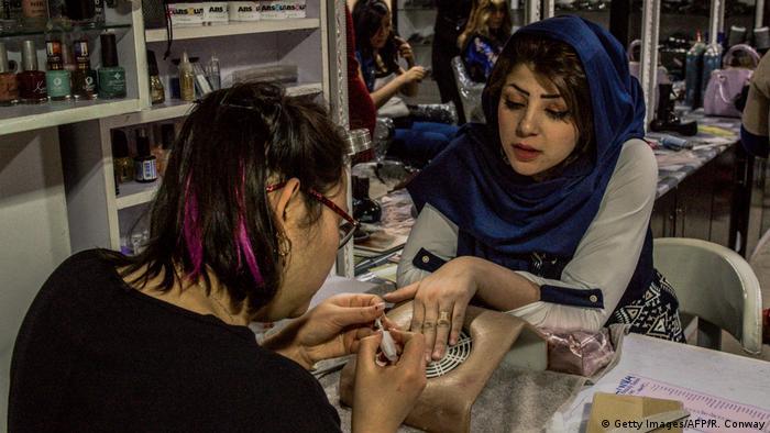 Mujeres afganas en un salón de belleza.