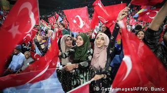 Χιλιάδες Τούρκοι απ΄όλη την Ευρώπη έφτασαν στο Σεράγεβο για να δουν από κοντά το ίνδαλμά τους