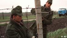 Ungarische Soldaten demontieren den Eisernen Vorhang