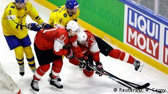 Хоккейный поединок на фоне логотипа Liqui Moly