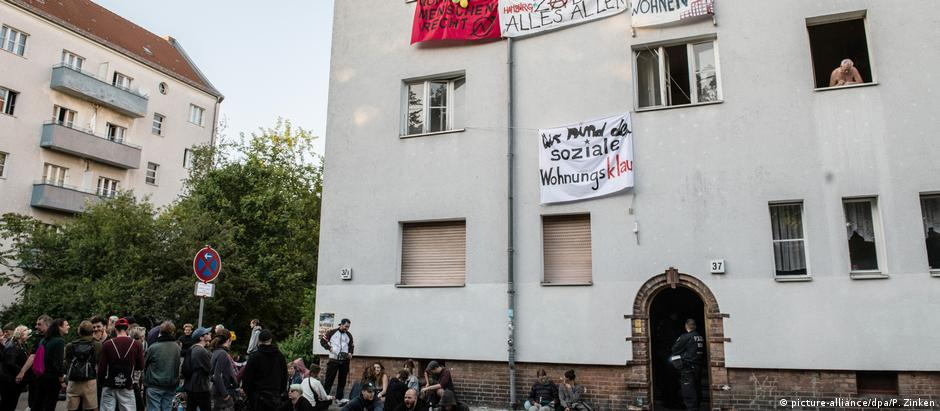 Demonstrators stand in front of an occupied house on Bornsdorfer Strasse in Neukölln