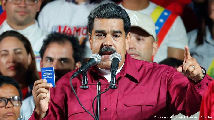 Nicolas Maduro holds a pocket-sized copy of the constitution as he speaks to supporters (picture-alliance/AP Photo/A. Cubillos)