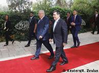 Президент Парагваю Орасіо Картес (на передньому плані) разом з ізраїльським президентом Реувеном Рівліним перед церемонією відкриття посольства Парагваю в Єрусалимі