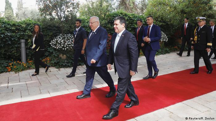 O presidente paraguaio, Horacio Cartes, e o presidente israelense, Reuven Rivlin (fundo), na inauguração da embaiada
