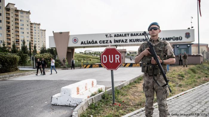 A soldier stands guard in front of the Aliaga court and prison complex during the trial of US pastor Andrew Brunson (Getty Images/AFP/B. Kilic)