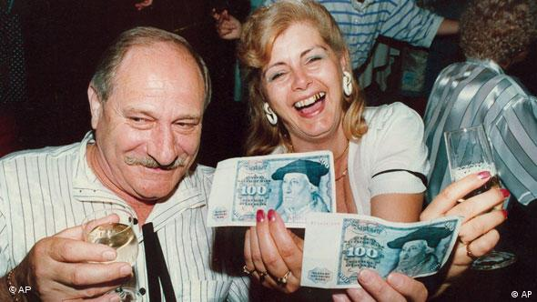 East Germans receiving their first DM banknotes