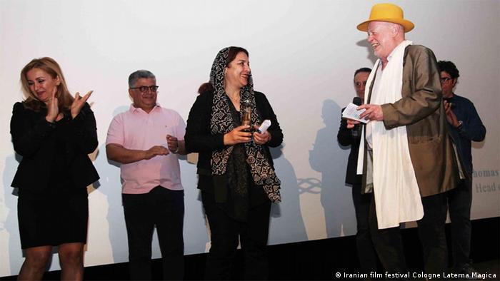 تهمینه میلانی هنگام دریافت جایزه ویژه تماشاگران