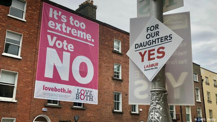 Yes and No abortion referendum posters in Dublin (DW/G. Reilly)