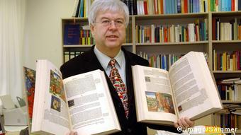 Провідний німецький дослідник біблій Гутенберга Штефан Фюссель з репродукціями перших друкованих книг в історії