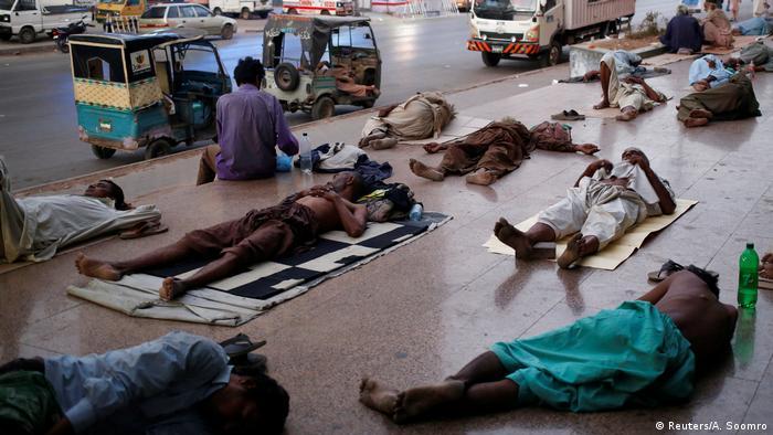 En mayo, las altas temperaturas no perdonaron en Karachi (Pakistán). La gente se vio forzada a dejar sus casas y dormir en las calles para escapar del calor.