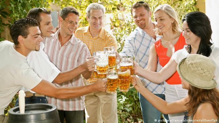 Grillen in Deutschland | Freunde mit Bier (picture-alliance/blickwinkel/allOver/Tph)