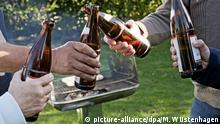 Grillen in Deutschland | Anstoßen mit Bier