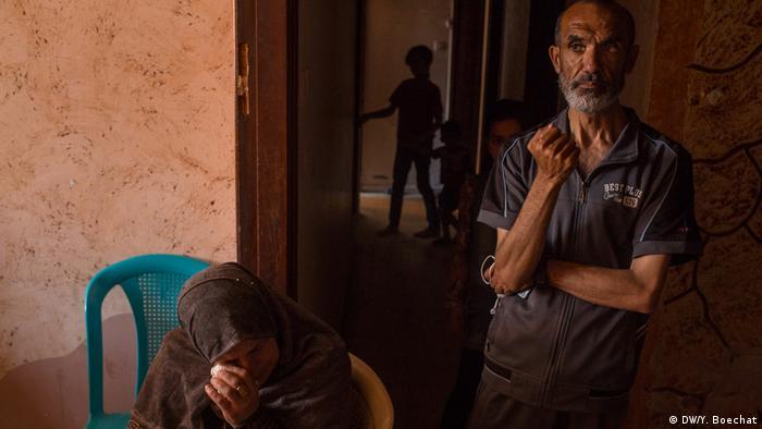 Familiares choram pela morte de um jovem palestino, morto por atiradores israelenses em Gaza