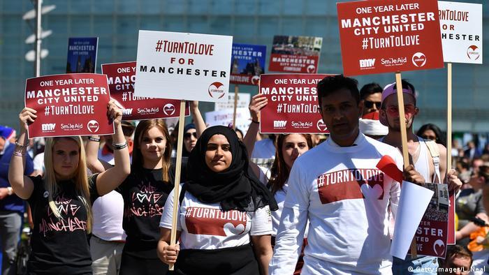Großbritannien Gedenken 1. Jahrestag Anschlag Ariana-Grande-Konzert in Manchester | TurnToLove (Getty Images/L. Neal)