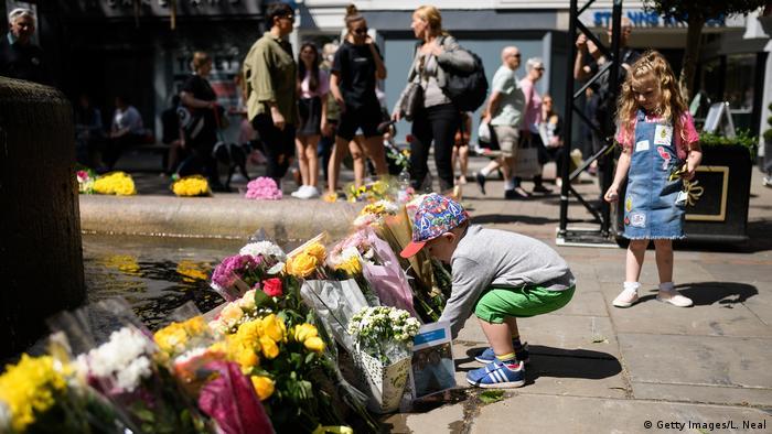 Großbritannien Gedenken 1. Jahrestag Anschlag Ariana-Grande-Konzert in Manchester   Blumen