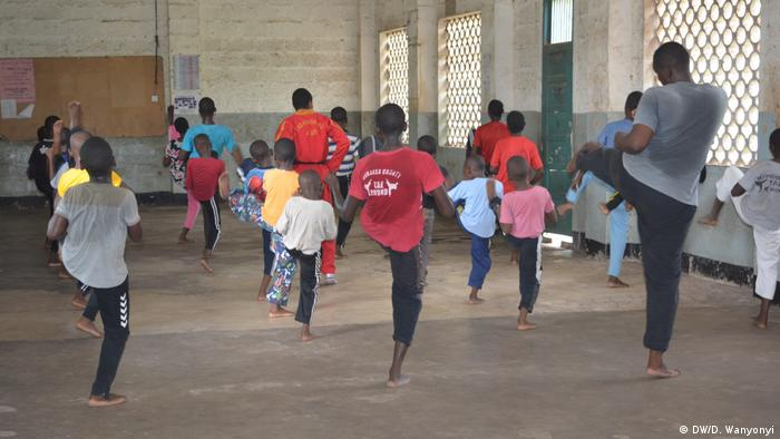 A picture of children learning taekwando in Kenya taken from the back of the clas room (DW/D. Wanyonyi)