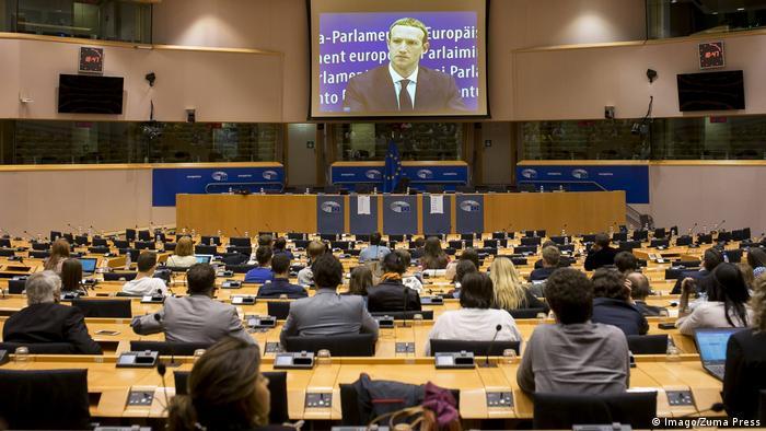 Отчитываться Цукербергу пришлось и в Европарламенте, где его выслушали 22 мая 2018 года