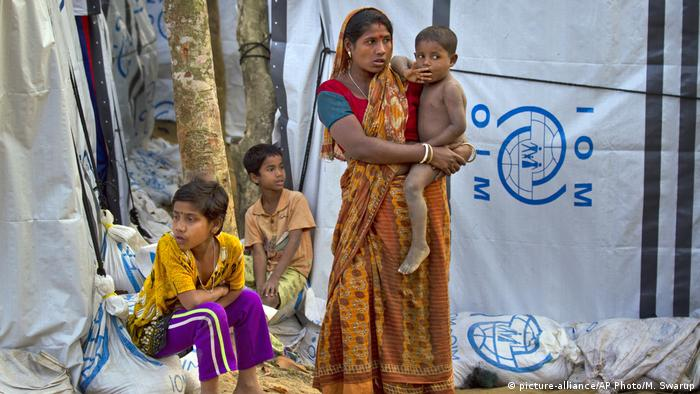 A Hindu refugee stands outside her makeshift shelter with her children, near Kutupalong refugee camp near Cox's Bazaar, Bangladesh (picture-alliance/AP Photo/M. Swarup)