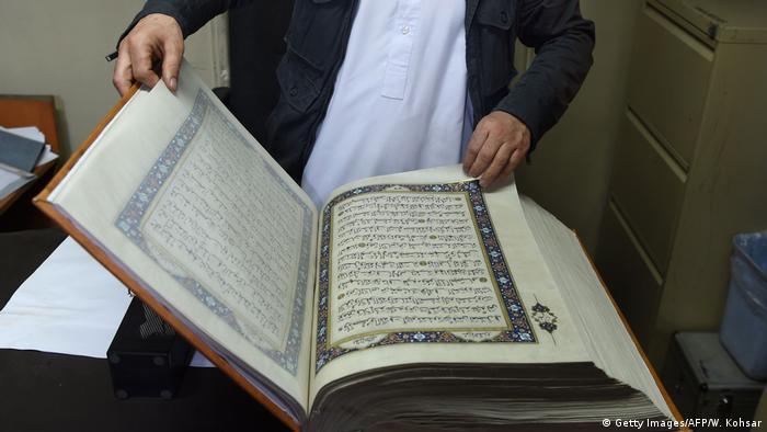 Ein handgemachter Koran mit Seiten aus Seide in der afghanischen Hauptstadt Kabul (Getty Images/AFP/W. Kohsar)